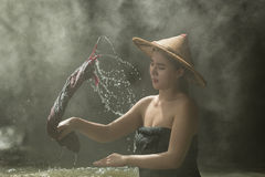 Bello lavaggio della donna in The Creek Immagini Stock