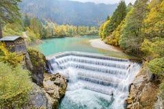 Bello Lech Fall circondato con i colori di autunno in Fussen Immagini Stock