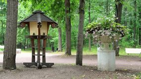 Bello letto di fiore su un piedistallo nel giardino di Neskuchny, uno dei parchi pubblici più popolari a Mosca video d archivio