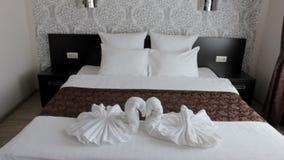 Bello letto matrimoniale nell'hotel stock footage