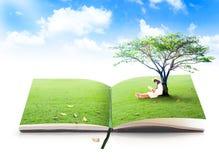 Bello libro di lettura asiatico della ragazza della natura Fotografia Stock Libera da Diritti