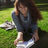 Bello libro di lettura della donna in natura Giovane allievo attraente Fotografie Stock Libere da Diritti