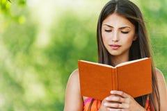 Bello libro di lettura della ragazza Fotografie Stock Libere da Diritti