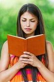 Bello libro di lettura della ragazza Immagini Stock