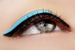 Bello macro colpo dell'occhio femminile con trucco Forma perfetta delle sopracciglia, eye-liner blu Estetiche e trucco Fotografie Stock