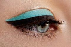 Bello macro colpo dell'occhio femminile con trucco Forma perfetta delle sopracciglia, eye-liner blu Estetiche e trucco Immagine Stock Libera da Diritti