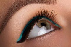 Bello macro colpo dell'occhio femminile con trucco Forma perfetta delle sopracciglia, eye-liner blu Estetiche e trucco Fotografie Stock Libere da Diritti
