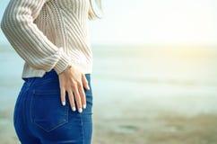 Bello maglione dei jeans della donna fotografie stock