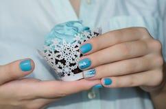 Bello manicure blu della scintilla fotografia stock