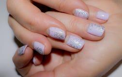 Bello manicure sulle unghie Immagini Stock Libere da Diritti