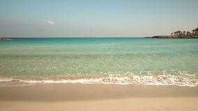 Bello mare blu del turchese Rilassamento delle onde di sabbia della spiaggia deserted Nessuna gente Bassa stagione archivi video