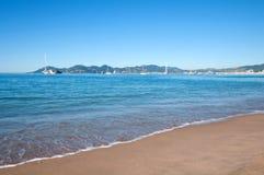 Bello mare blu un giorno di estate soleggiato luminoso a Cannes, Francia Fotografie Stock Libere da Diritti