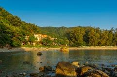 Bello mare del paesaggio vicino al pilastro del ponte alla spiaggia delle attrazioni famose del capo di Laem Panwa nell'isola di  Immagine Stock Libera da Diritti