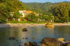 Bello mare del paesaggio vicino al pilastro del ponte alla spiaggia delle attrazioni famose del capo di Laem Panwa nell'isola di  Fotografie Stock Libere da Diritti