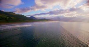 Bello mare e colline verdi durante il tramonto 4k video d archivio