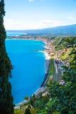 Bello mare ionico vicino alla linea costiera delle localit? di soggiorno di lusso di Taormina, Sicilia, Italia immagini stock libere da diritti