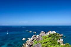 Bello mare, isola, yacht in oceano Immagini Stock Libere da Diritti