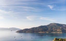 Bello mare tropicale con l'isola e cielo blu in andaman a lipe immagini stock libere da diritti