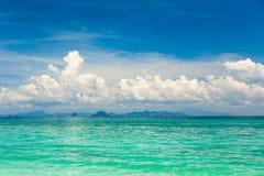 Bello mare tropicale stupefacente del turchese sotto il cielo blu con le nuvole bianche Immagini Stock Libere da Diritti