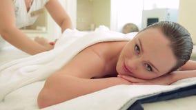 Bello massaggio della donna nel salone della stazione termale video d archivio