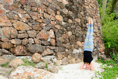 Bello maturi la donna invecchiata che fa l'yoga su un beac tropicale del deserto Fotografia Stock Libera da Diritti