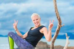 Bello maturi la donna invecchiata che fa l'yoga su un beac tropicale del deserto Immagine Stock Libera da Diritti