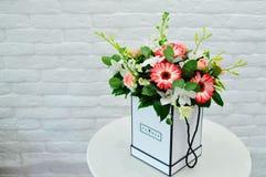 Bello mazzo blu dei fiori in una scatola bianca immagine stock libera da diritti