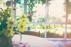 Bello mazzo con i fiori artificiali in vaso Tono d'annata Fotografia Stock