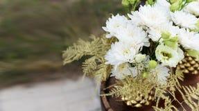 Bello mazzo con i fiori bianchi Fotografia Stock