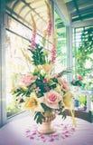 Bello mazzo con i vari tipi di fiori artificiali nel va Fotografie Stock Libere da Diritti