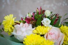 Bello mazzo con le rose rosa, i crisantemi gialli ed il alstroemeria porpora Mazzo tenero della molla Immagini Stock Libere da Diritti