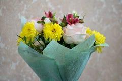 Bello mazzo con le rose rosa, i crisantemi gialli ed il alstroemeria porpora Mazzo tenero della molla Immagini Stock