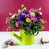 Bello mazzo creativo luminoso con le rose blu e rosa, chry Fotografia Stock