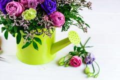 Bello mazzo creativo luminoso con le rose blu e rosa, chry Immagine Stock