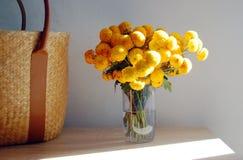 Bello mazzo dei crisantemi gialli disposti sulla tavola fotografia stock libera da diritti