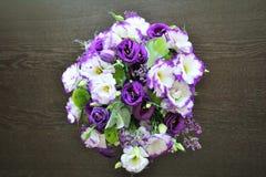 Bello mazzo dei fiori bianchi e porpora Eustoma delicato Immagine Stock Libera da Diritti
