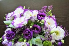Bello mazzo dei fiori bianchi e porpora Eustoma delicato Fotografia Stock Libera da Diritti