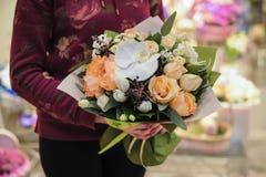 Bello mazzo dei fiori gialli e bianchi Fotografia Stock