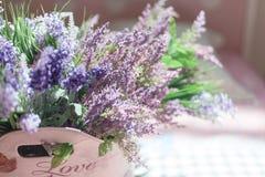 Bello mazzo dei fiori porpora nella borsa con l'amore dell'iscrizione Fotografie Stock Libere da Diritti