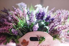 Bello mazzo dei fiori porpora nella borsa con l'amore dell'iscrizione Fotografia Stock Libera da Diritti