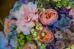Bello mazzo dei fiori rosa, verdi e viola Fotografie Stock Libere da Diritti