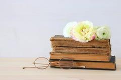 Bello mazzo dei fiori sui vecchi libri Fotografia Stock
