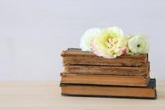 Bello mazzo dei fiori sui vecchi libri Fotografia Stock Libera da Diritti