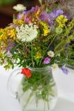 Bello mazzo dei wildflowers in un vaso di vetro Su un fondo del davanzale bianco della finestra Immagini Stock Libere da Diritti