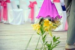 Bello mazzo del regalo dei fiori alla sposa immagini stock libere da diritti