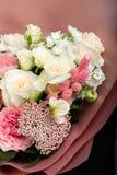 Bello mazzo delicato a disposizione, un mazzo dei fiori freschi, artigianato immagini stock