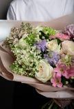 Bello mazzo delicato a disposizione, un mazzo dei fiori freschi, artigianato fotografie stock libere da diritti
