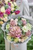 Bello mazzo della molla due Ragazza tenendo le disposizioni di fiori con vario dei colori Alba o tramonto luminosa fotografia stock libera da diritti