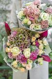 Bello mazzo della molla due Ragazza tenendo le disposizioni di fiori con vario dei colori Alba o tramonto luminosa immagini stock libere da diritti