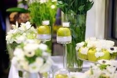 Bello mazzo delle mele verdi e delle candele Fotografia Stock